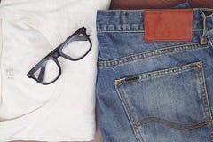 Zurück zu grundlegendem, blauem Baumwollstoff und einem weißen T-Shirt Stockfoto