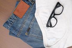 Zurück zu grundlegendem, blauem Baumwollstoff und einem weißen T-Shirt Stockfotos