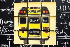 Zurück zu Schul-Hintergrund mit Titel ` zurück zu Schule-` und ` Schulbus ` geschrieben auf die gelben Blätter Papier auf der Taf lizenzfreie stockfotografie