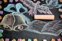 Zurück zu Schulaufschrift auf einer großen Kreide auf einer Tafel chal Lizenzfreie Stockfotografie