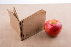 Zurück zu Schulbeschriftung mit einem Notizbuch Lizenzfreies Stockbild