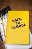 Zurück zu Schulbuch mit Notizblock Stockfotografie