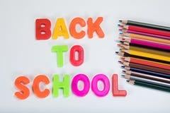 Zurück zu Schulbuchstaben und bunten Bleistiften Stockbild