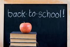 Zurück zu Schule auf Tafel mit Apfel u. Büchern Stockbild