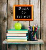 Zurück zu Schule Bücher, ein Apfel und Bleistifte Lizenzfreies Stockfoto