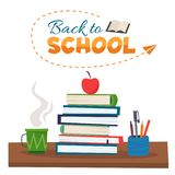 Zurück zu Schule Bücher, Tasse Tee und Bleistifte auf Tabelle stock abbildung