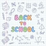 Zurück zu Schule beschriftung Notizbuch in einem Käfig Satz Schulelemente in der Gekritzel- und Karikaturart Stockfoto