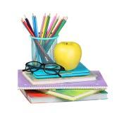 Zurück zu Schule Ein Apfel, farbigen Bleistifte und Gläser Lizenzfreies Stockfoto