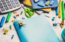 Zurück zu Schule Ein blaues Notizbuch liegt auf einer weißen Tabelle lizenzfreie stockbilder