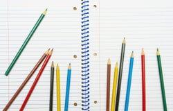 Zurück zu Schule Färben Sie Bleistifte briefpapier Notizbuch Lizenzfreies Stockbild
