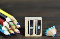 Zurück zu Schule: Farbige Bleistifte und hölzerner Bleistiftspitzer Stockfotos