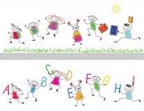 Zurück zu Schule. Frohe Kinder lassen i laufen Lizenzfreie Stockfotos