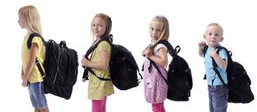 Zurück zu Schule. Kinder in einer Reihe mit Rucksäcken Stockfoto