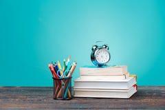 Zurück zu Schule-Konzept Bücher, farbige Bleistifte und Uhr Lizenzfreies Stockfoto