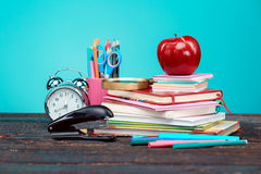 Zurück zu Schule-Konzept Bücher, farbige Bleistifte und Uhr Lizenzfreie Stockfotografie