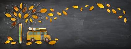 Zurück zu Schule-Konzept Draufsichtfahne des Schulbusses und des Bleistifts lizenzfreie stockfotografie