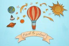 Zurück zu Schule-Konzept Heißluftballon, Raumelement-Formschnitt vom Papier und über hölzernem blauem Hintergrund gemalt Lizenzfreies Stockbild