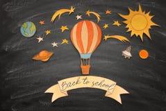 Zurück zu Schule-Konzept Heißluftballon, Raumelement-Formschnitt vom Papier und über Klassenzimmertafelhintergrund gemalt stockfotos