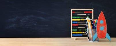 Zurück zu Schule-Konzept Rakete und Bleistifte vor Klassenzimmer Stockfotos