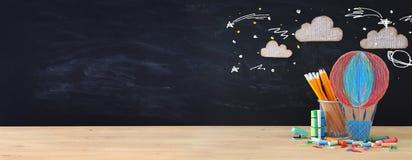 Zurück zu Schule-Konzept Rakete und Bleistifte vor Klassenzimmer Stockbilder