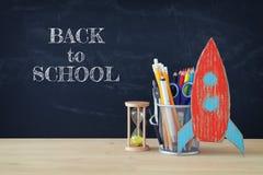 Zurück zu Schule-Konzept Rakete und Bleistifte vor Klassenzimmertafel Lizenzfreie Stockfotografie