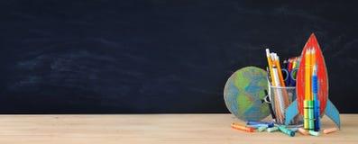 Zurück zu Schule-Konzept schnellen Sie, Erdkugel und Bleistifte in der Front hoch Lizenzfreies Stockbild