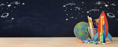 Zurück zu Schule-Konzept schnellen Sie, Erdkugel und Bleistifte in der Front hoch Stockbild