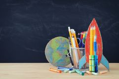Zurück zu Schule-Konzept schnellen Sie, Erdkugel und Bleistifte vor Klassenzimmertafel hoch Stockbild