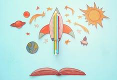 Zurück zu Schule-Konzept schnellen Sie hoch, der Raumelement-Formschnitt vom Papier und über hölzernem blauem Hintergrund gemalt Lizenzfreies Stockfoto