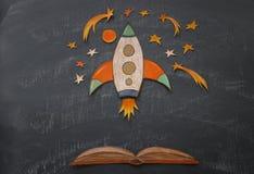 Zurück zu Schule-Konzept schnellen Sie mit Bleistiften hoch, der Raumelement-Formschnitt vom Papier und über Klassenzimmertafelhi Lizenzfreies Stockfoto