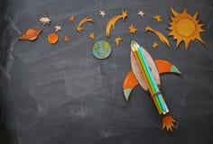 Zurück zu Schule-Konzept schnellen Sie mit Bleistiften hoch, der Raumelement-Formschnitt vom Papier und über Klassenzimmertafelhi Stockfotografie