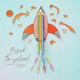 Zurück zu Schule-Konzept schnellen Sie mit Bleistiften hoch, der Raumelement-Formschnitt vom Papier und über hölzernem blauem Hin Stockfoto