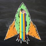 Zurück zu Schule-Konzept schnellen Sie Skizze und Bleistifte über Klassenzimmertafelhintergrund hoch Stockfoto