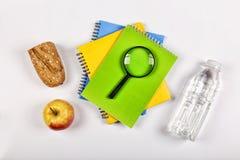 Zurück zu Schule-Konzept Schulsnack Lunchbox, Briefpapier, freier Raum für Text Kopieren Sie Platz Lizenzfreie Stockfotografie
