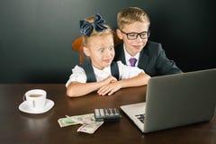 Zurück zu Schule Lächelnde Geschäftskinder, Gebrauchslaptop Lizenzfreies Stockfoto