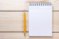 Zurück zu Schule Leerer Notizblock, Notizbuch mit Stift und Gläser Stockbilder