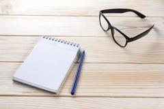 Zurück zu Schule Leerer Notizblock, Notizbuch mit Stift und Gläser Stockbild