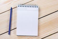 Zurück zu Schule Leerer Notizblock, Notizbuch mit Stift und Gläser Lizenzfreie Stockfotografie