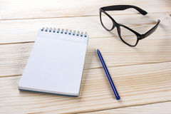 Zurück zu Schule Leerer Notizblock, Notizbuch mit Stift und Gläser Stockfotografie