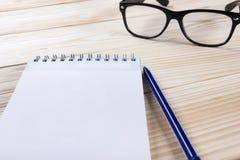 Zurück zu Schule Leerer Notizblock, Notizbuch mit Stift und Gläser Lizenzfreie Stockbilder