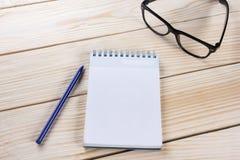 Zurück zu Schule Leerer Notizblock, Notizbuch mit Stift und Gläser Lizenzfreies Stockfoto