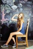 Zurück zu Schule nach Sommerferien, nettes jugendlich wirkliches Mädchen im Klassenzimmer Lizenzfreies Stockfoto