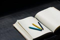 Zurück zu Schule-Noteblock-Zeichenstift-Bleistift-Farbblauem gelbem Notizbuch stockbild