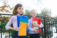 Zurück zu Schule Porträt von zwei kleinen Schulkindern Kinder Junge und Mädchenlächeln, Griffschulbedarf stockbild