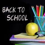 Zurück zu Schule Schulbedarf über Schwarzem Stockbilder