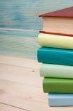 Zurück zu Schule Stapel bunte Bücher auf hölzernem Stockbild