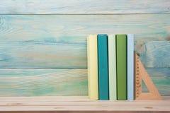Zurück zu Schule Stapel bunte Bücher auf hölzernem Stockfoto