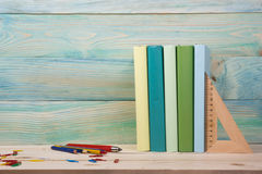 Zurück zu Schule Stapel bunte Bücher auf Holztisch Kopieren Sie Platz Stockfoto