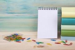 Zurück zu Schule Stapel bunte Bücher auf Holztisch Kopieren Sie Platz Lizenzfreie Stockbilder
