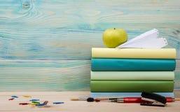 Zurück zu Schule Stapel bunte Bücher auf Holztisch Kopieren Sie Platz Stockfotos